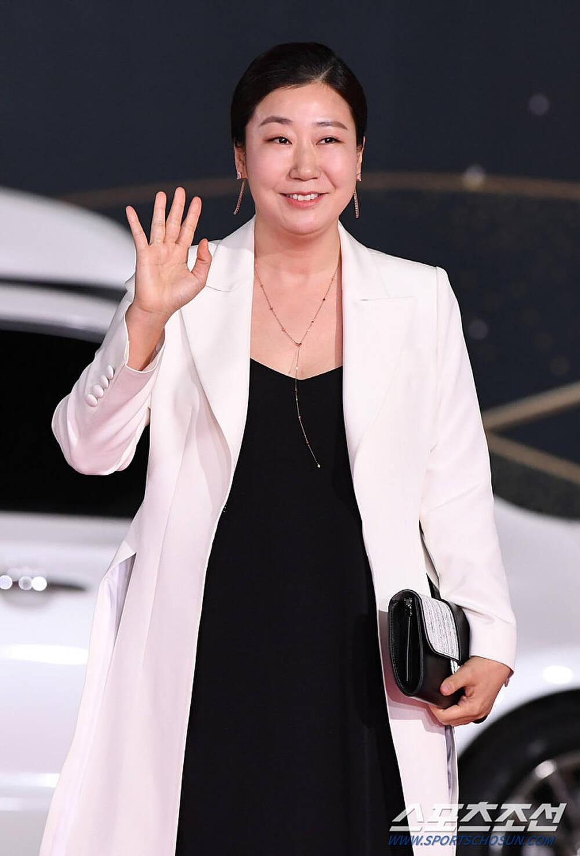 Thảm đỏ 'Rồng xanh 2020': Shin Hye Sun 'cân sắc' Shin Min Ah, Jung Woo Sung - Lee Byung Hun điển trai! Ảnh 1