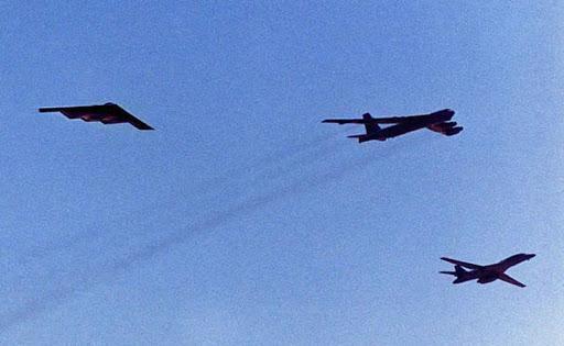 Bộ ba oanh tạc cơ chiến lược Mỹ bay... cổ vũ trận bóng bầu dục Ảnh 2