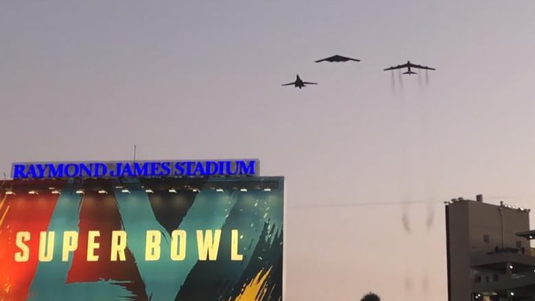 Bộ ba oanh tạc cơ chiến lược Mỹ bay... cổ vũ trận bóng bầu dục Ảnh 1