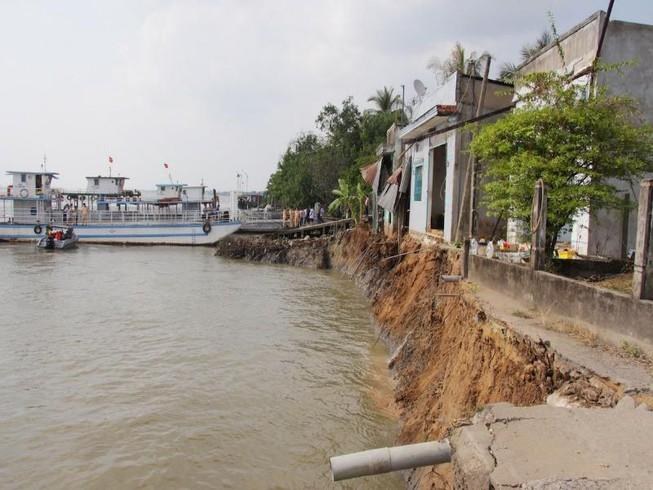 Phà quay đầu khiến 6 căn nhà sụp xuống sông Hậu Ảnh 1