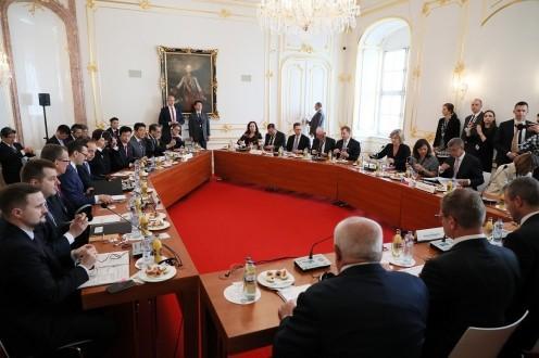 Ngoại trưởng Nhật Bản gửi thư chúc mừng 30 năm thành lập Nhóm Visegrad Ảnh 1