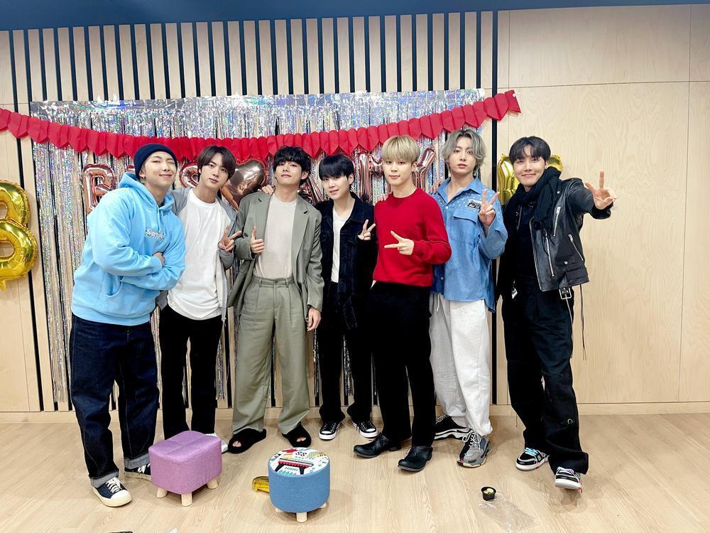 Vừa phát hành phiên bản mới của album 'BE', BTS liền rinh cú đúp thành tích tại Hàn lẫn Nhật Ảnh 3