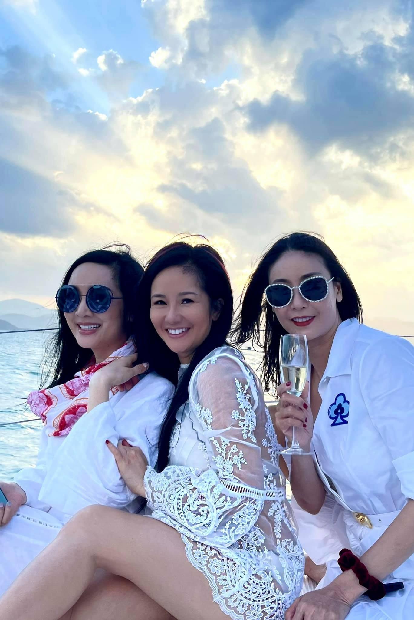 Kiều Loan mặc váy xẻ lạ mắt, Mai Phương Thúy khoe dáng 'đồng hồ cát' với váy bó sát Ảnh 8
