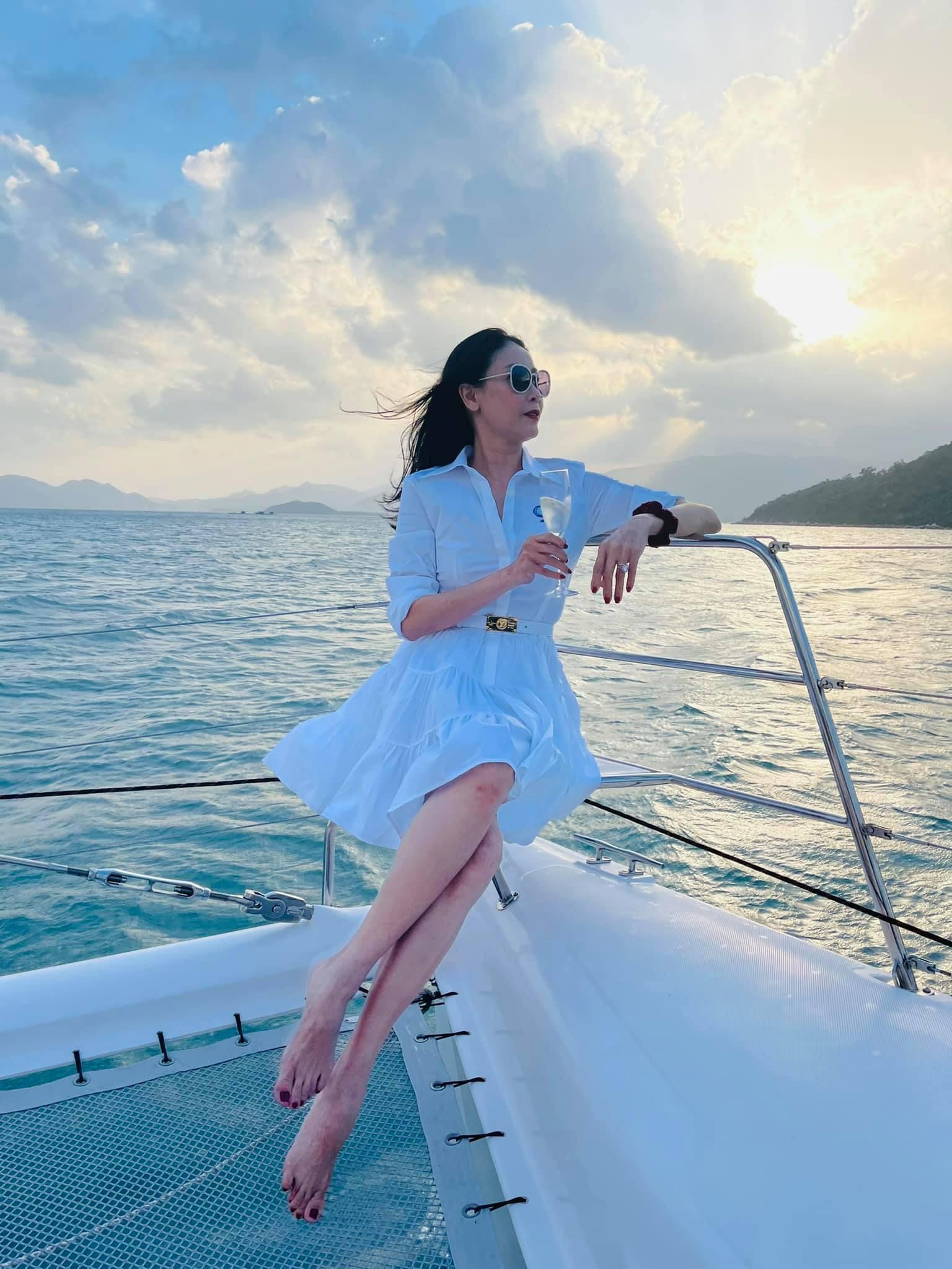 Kiều Loan mặc váy xẻ lạ mắt, Mai Phương Thúy khoe dáng 'đồng hồ cát' với váy bó sát Ảnh 6