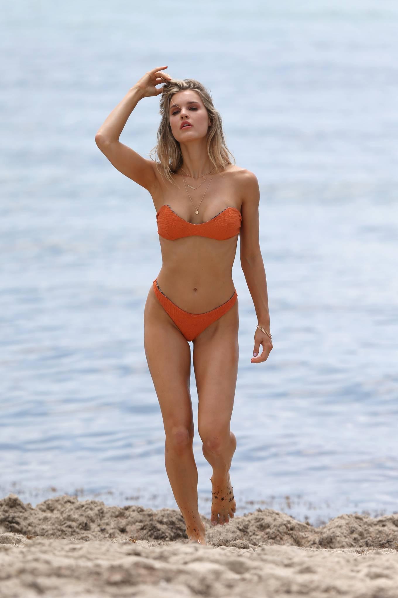 Hậu trường chụp bikini cực nóng bỏng của mẫu 9x Joy Corrigan Ảnh 6