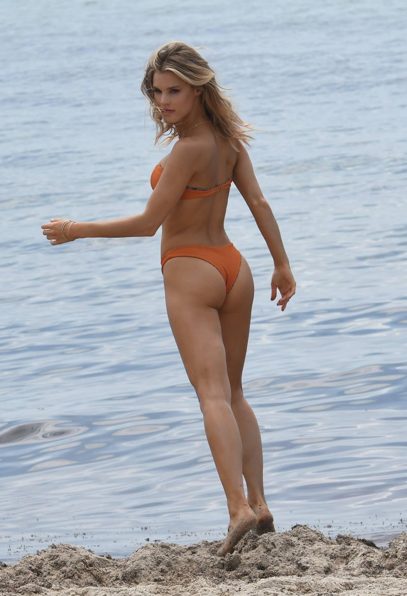 Hậu trường chụp bikini cực nóng bỏng của mẫu 9x Joy Corrigan Ảnh 7
