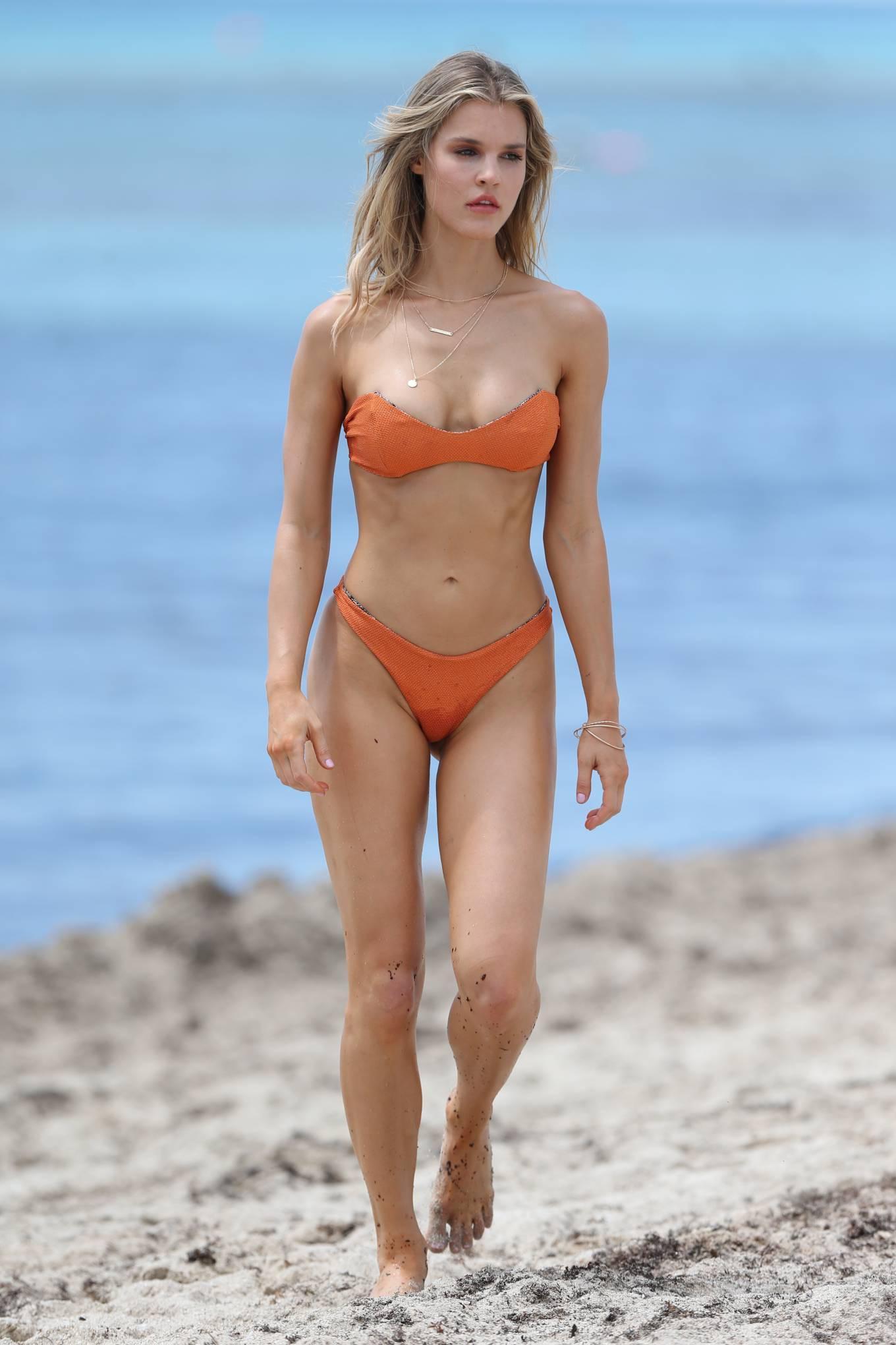 Hậu trường chụp bikini cực nóng bỏng của mẫu 9x Joy Corrigan Ảnh 3
