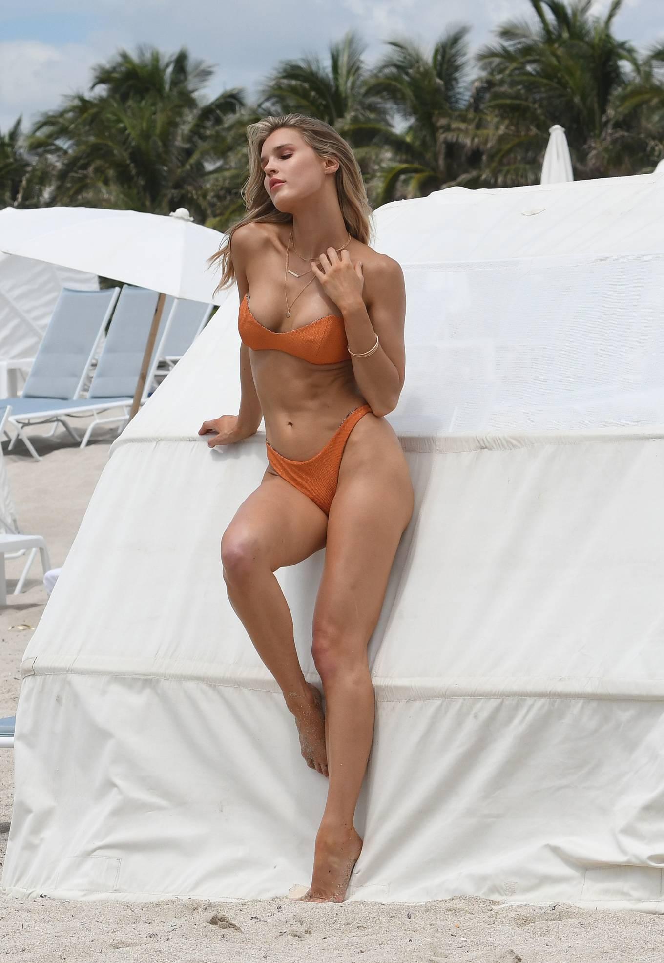 Hậu trường chụp bikini cực nóng bỏng của mẫu 9x Joy Corrigan Ảnh 4