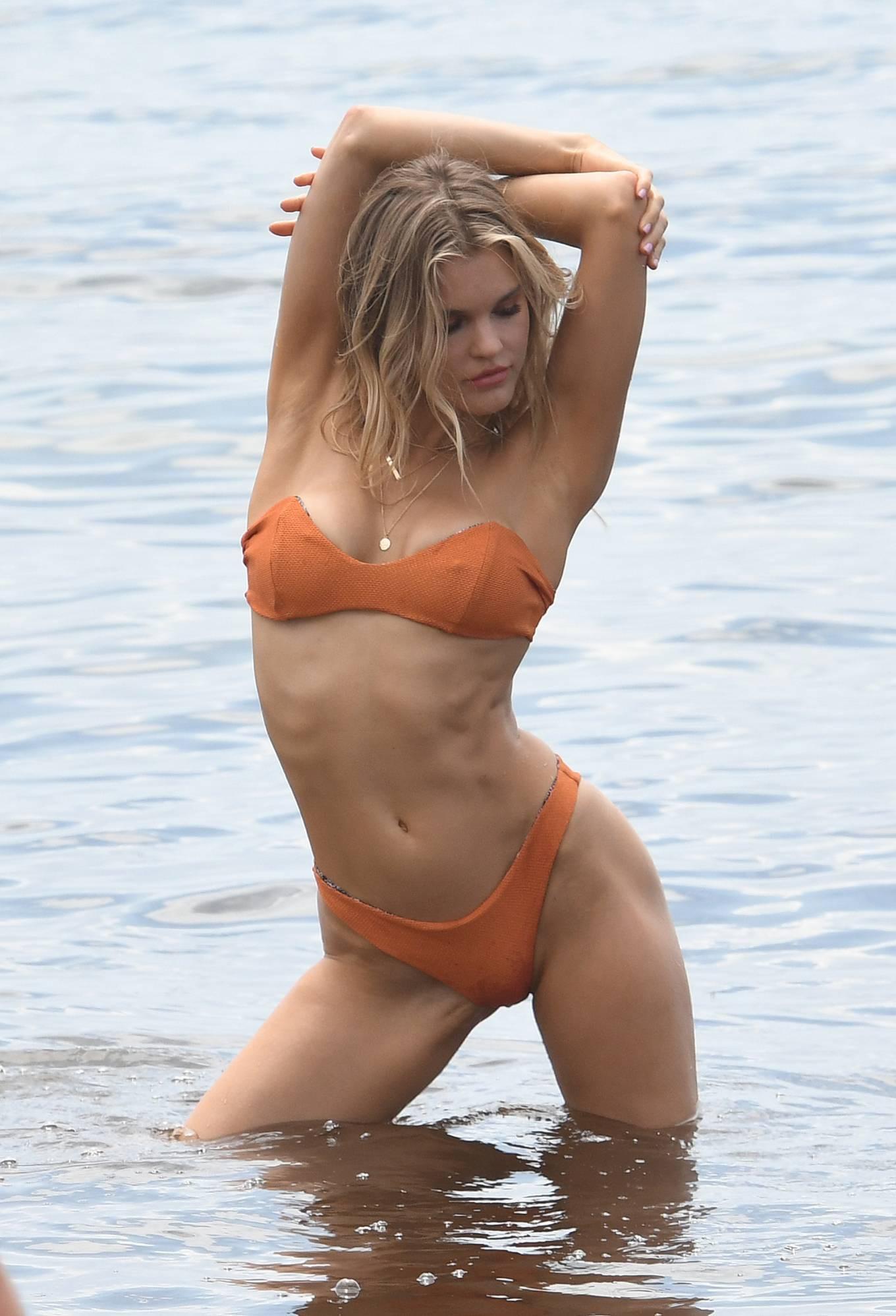 Hậu trường chụp bikini cực nóng bỏng của mẫu 9x Joy Corrigan Ảnh 12