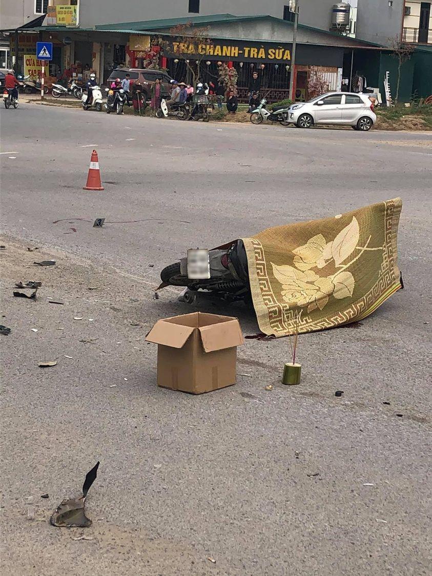 Clip: Chạy xe máy tốc độ 'bàn thờ', thanh niên ở Vĩnh Phúc đâm thẳng vào xe tải Ảnh 1