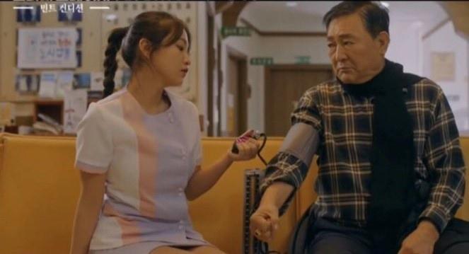 Ca sĩ Hàn bị chỉ trích vì mặc váy y tá quá ngắn Ảnh 1
