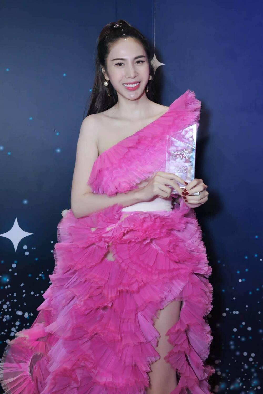 Đụng hàng Thủy Tiên, Hoa hậu Phương Khánh tự tin diện váy cắt xẻ tạo dáng trên xe buýt Ảnh 8