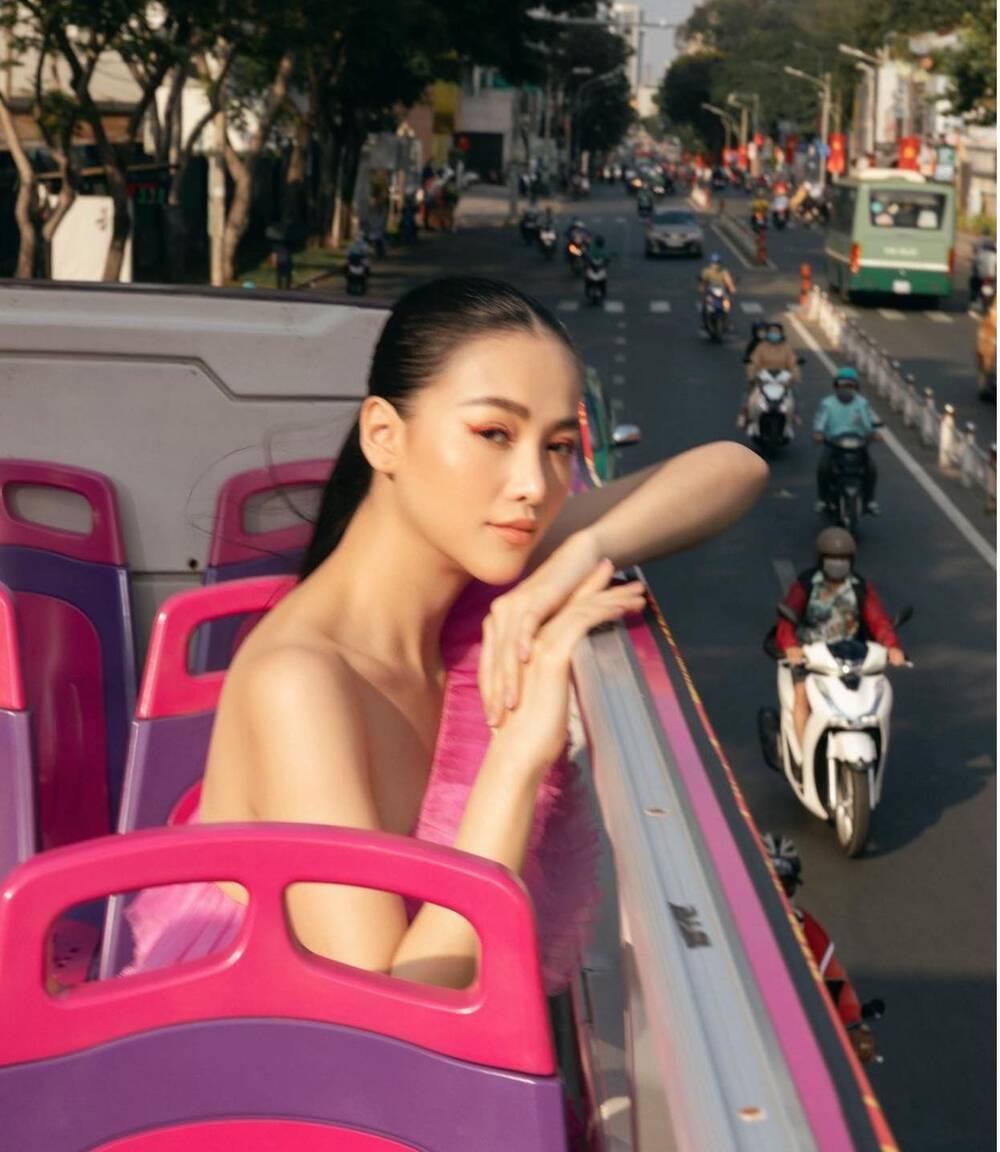 Đụng hàng Thủy Tiên, Hoa hậu Phương Khánh tự tin diện váy cắt xẻ tạo dáng trên xe buýt Ảnh 4