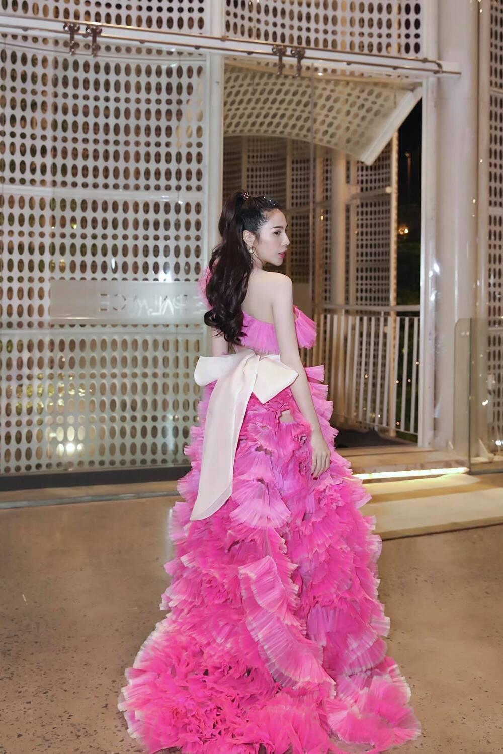 Đụng hàng Thủy Tiên, Hoa hậu Phương Khánh tự tin diện váy cắt xẻ tạo dáng trên xe buýt Ảnh 6