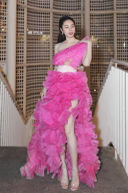 Đụng hàng Thủy Tiên, Hoa hậu Phương Khánh tự tin diện váy cắt xẻ tạo dáng trên xe buýt Ảnh 5