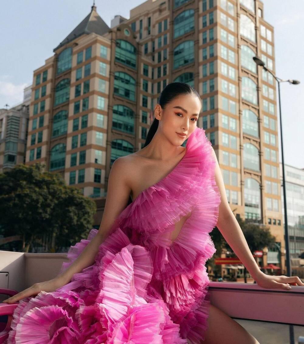 Đụng hàng Thủy Tiên, Hoa hậu Phương Khánh tự tin diện váy cắt xẻ tạo dáng trên xe buýt Ảnh 1