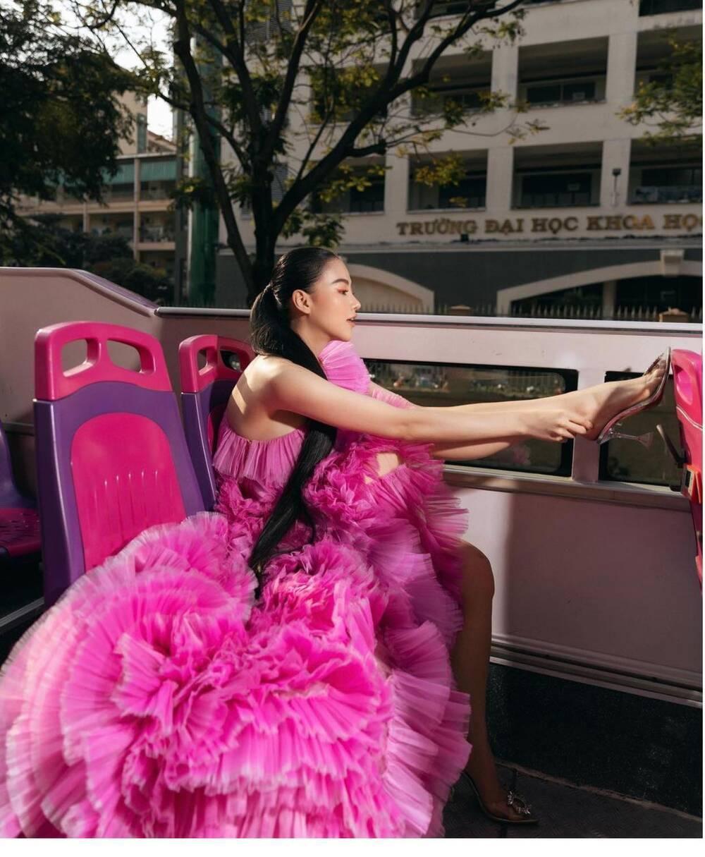 Đụng hàng Thủy Tiên, Hoa hậu Phương Khánh tự tin diện váy cắt xẻ tạo dáng trên xe buýt Ảnh 3