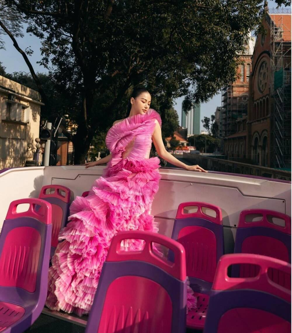 Đụng hàng Thủy Tiên, Hoa hậu Phương Khánh tự tin diện váy cắt xẻ tạo dáng trên xe buýt Ảnh 2