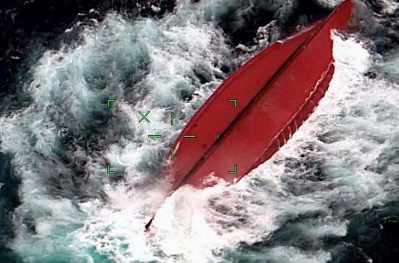 Tàu Trung Quốc lật ngoài khơi Nhật Bản, 5 người mất tích Ảnh 1