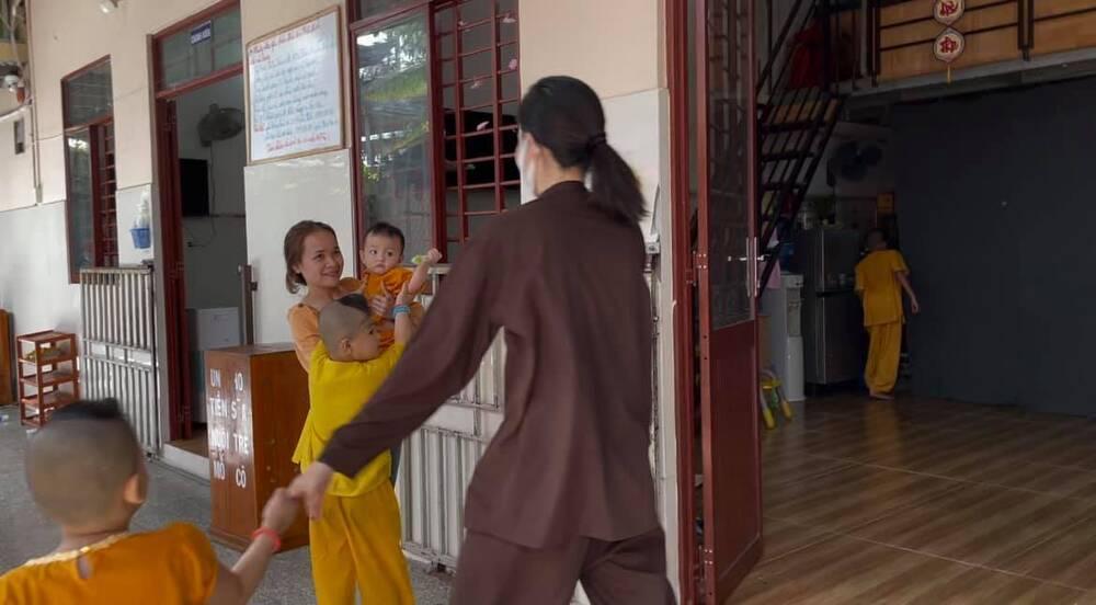 Sau ồn ào chia tay Lãnh Thanh, Nam Em đẹp trong trẻo, mặc giản dị làm từ thiện Ảnh 6