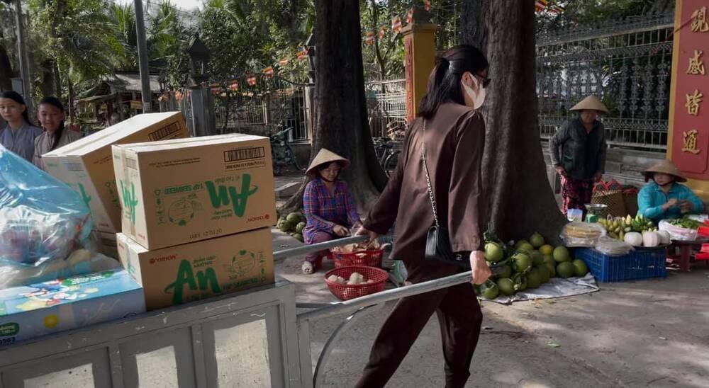 Sau ồn ào chia tay Lãnh Thanh, Nam Em đẹp trong trẻo, mặc giản dị làm từ thiện Ảnh 2