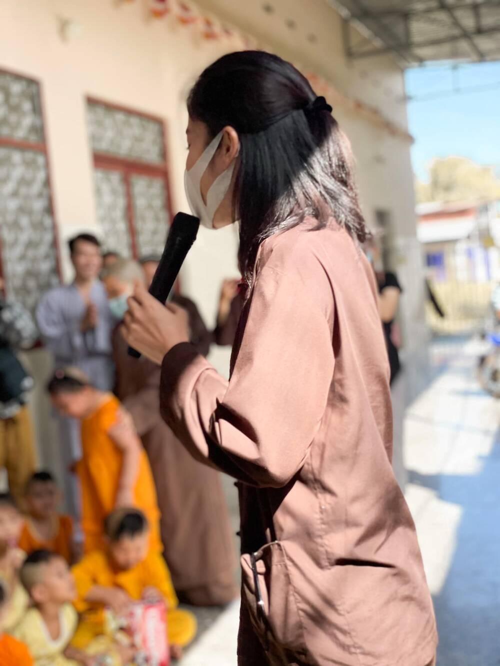 Sau ồn ào chia tay Lãnh Thanh, Nam Em đẹp trong trẻo, mặc giản dị làm từ thiện Ảnh 10
