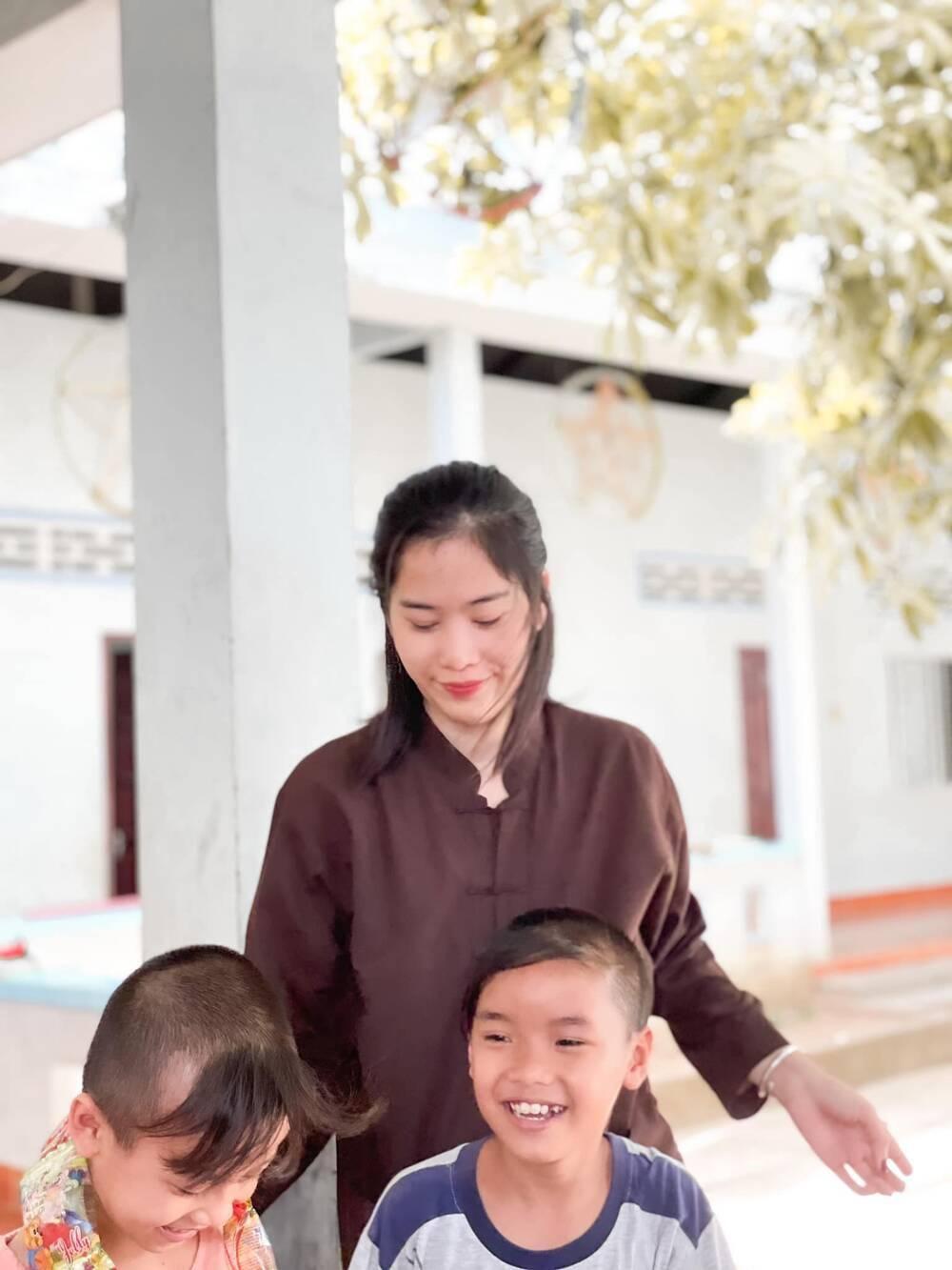 Sau ồn ào chia tay Lãnh Thanh, Nam Em đẹp trong trẻo, mặc giản dị làm từ thiện Ảnh 8