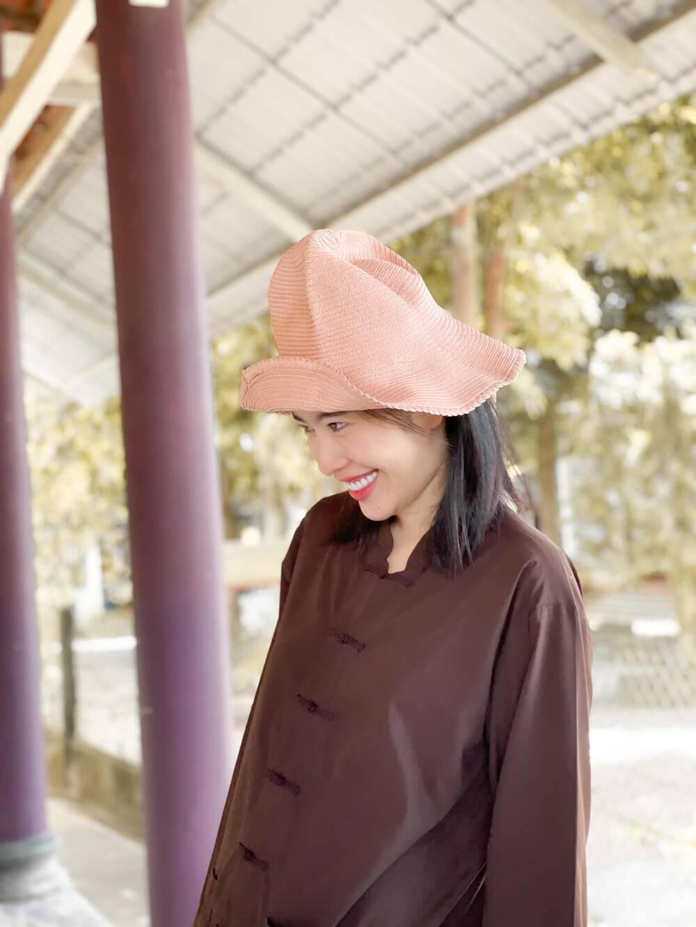 Sau ồn ào chia tay Lãnh Thanh, Nam Em đẹp trong trẻo, mặc giản dị làm từ thiện Ảnh 3