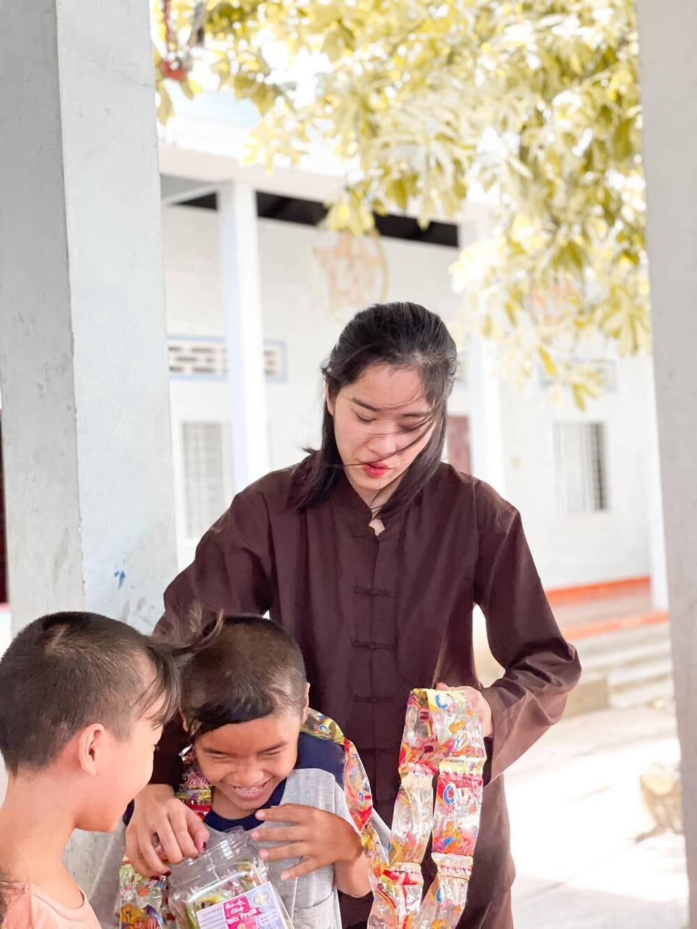 Sau ồn ào chia tay Lãnh Thanh, Nam Em đẹp trong trẻo, mặc giản dị làm từ thiện Ảnh 12