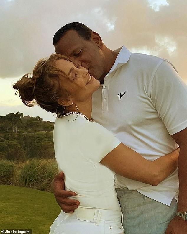 Jennifer Lopez mặn nồng hạnh phúc bên hôn phu kém 6 tuổi Ảnh 1