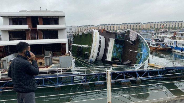 Đang neo đậu trong cảng, tàu du lịch bất ngờ bị lật nghiêng trên vịnh Hạ Long Ảnh 1