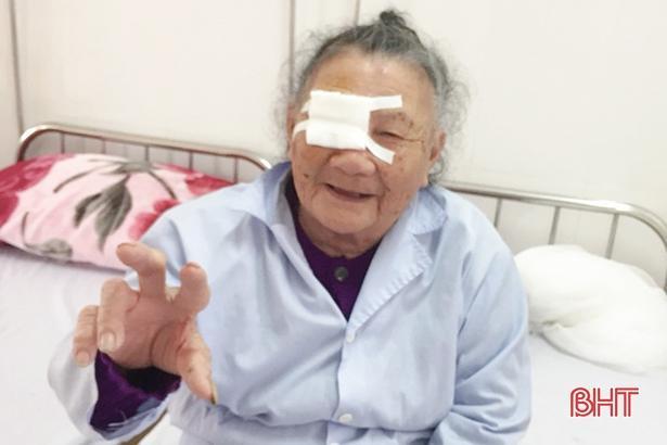 Phẫu thuật đục thủy tinh thể mang lại ánh sáng cho cụ bà 101 tuổi ở Hà Tĩnh Ảnh 2