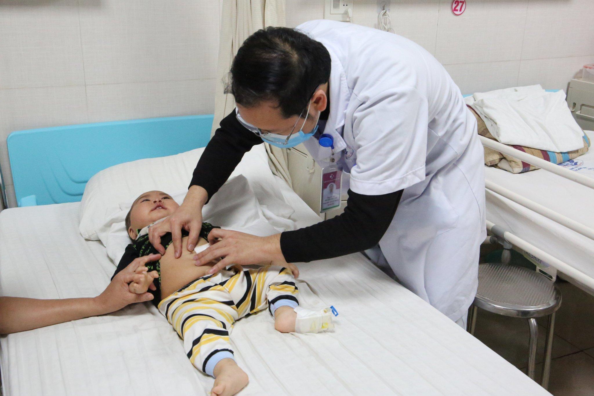 Khối lồng ruột của bé 10 tháng tuổi quá chặt buộc phải dùng kỹ thuật nội soi Ảnh 2