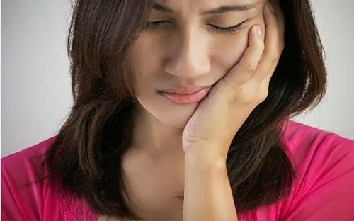 Người phụ nữ 30 tuổi cả hàm còn đúng 2 chiếc răng chỉ vì món khoái khẩu nhiều người thích Ảnh 1