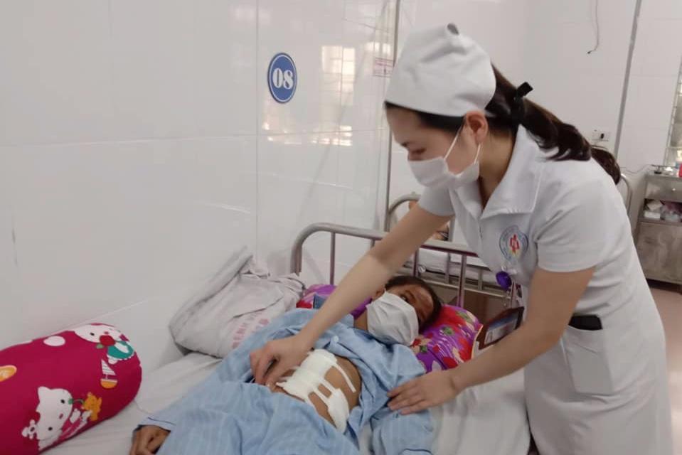 Bé gái bị vỡ lách sau khi ngã đập mặt xuống đường Ảnh 1