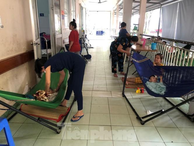 Trẻ nhập viện tăng cao, phụ huynh mắc võng ngoài hành lang chăm con Ảnh 8