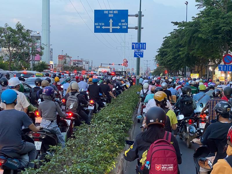 Kẹt xe kinh hoàng ngã tư Phan Văn Trị - Phạm Văn Đồng Ảnh 6