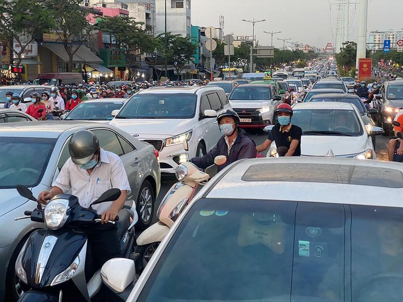 Kẹt xe kinh hoàng ngã tư Phan Văn Trị - Phạm Văn Đồng Ảnh 4