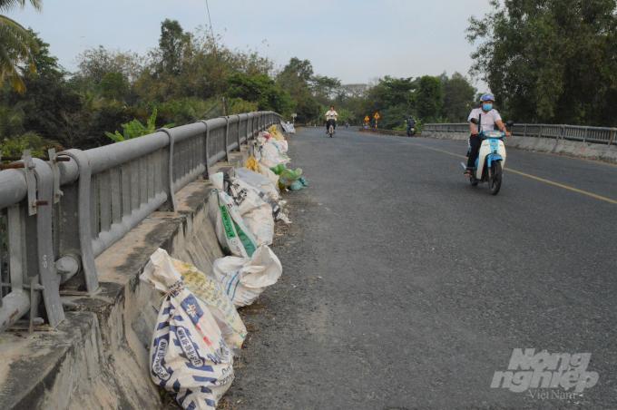 Cần Thơ: Những cây cầu đầy rác thải ở hai huyện nông thôn mới Ảnh 2