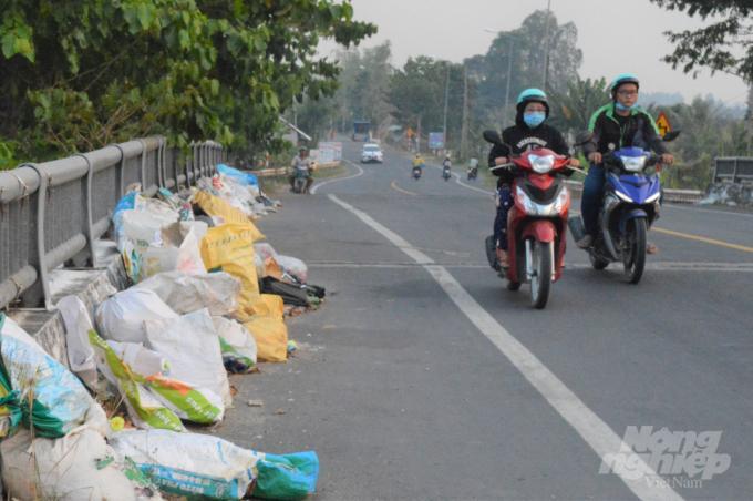 Cần Thơ: Những cây cầu đầy rác thải ở hai huyện nông thôn mới Ảnh 1