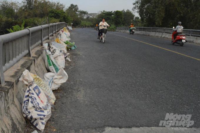 Cần Thơ: Những cây cầu đầy rác thải ở hai huyện nông thôn mới Ảnh 4