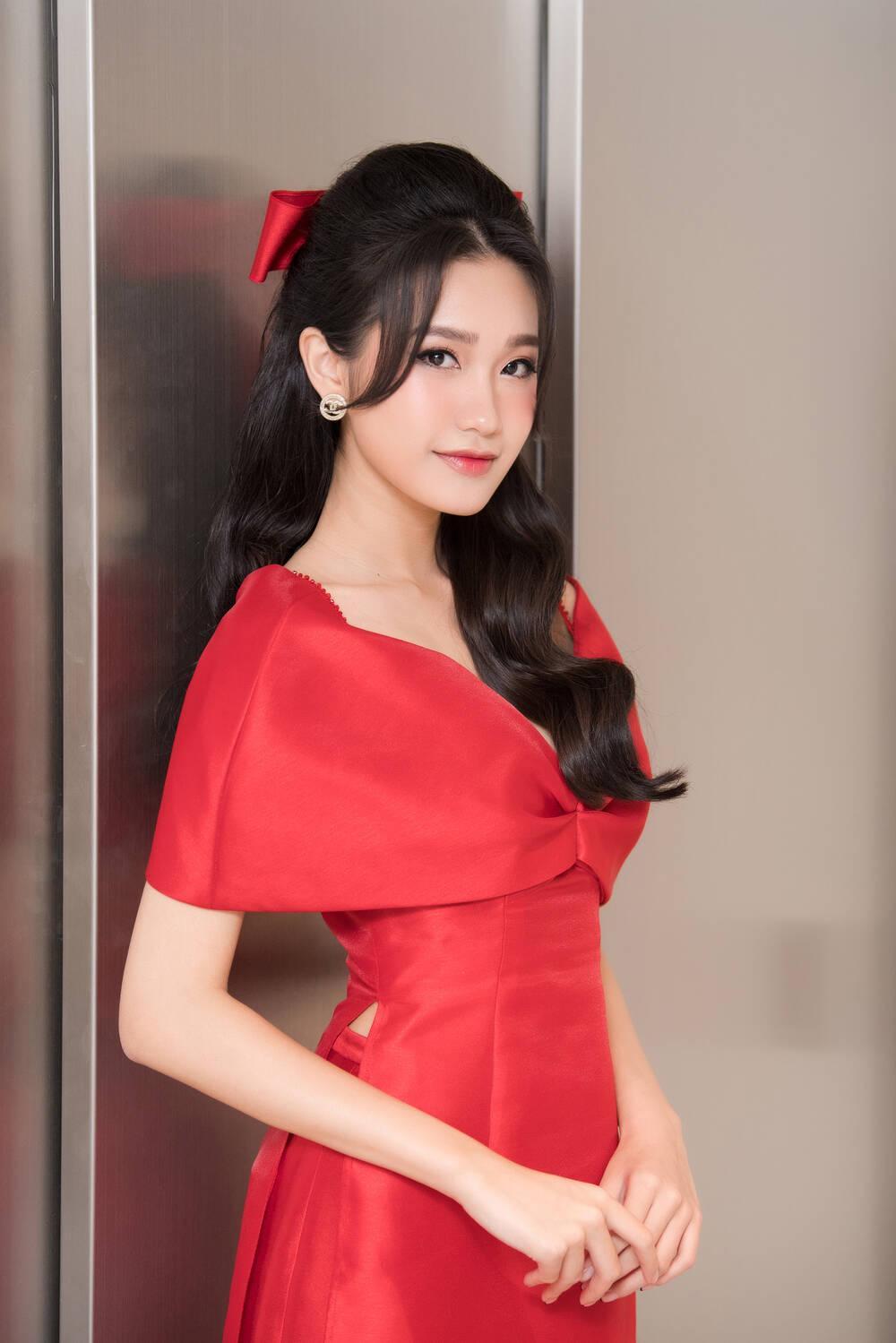Doãn Hải My diện áo dài đỏ rực rỡ, hóa đóa hồng nhung thơm ngát tại sự kiện Ảnh 9