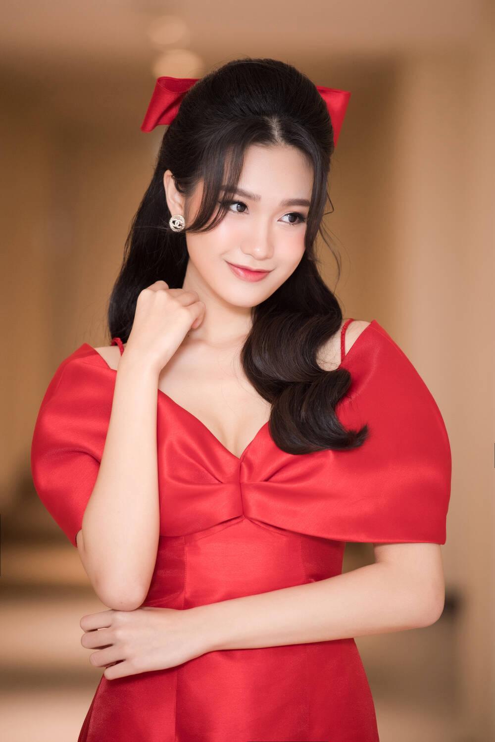 Doãn Hải My diện áo dài đỏ rực rỡ, hóa đóa hồng nhung thơm ngát tại sự kiện Ảnh 6