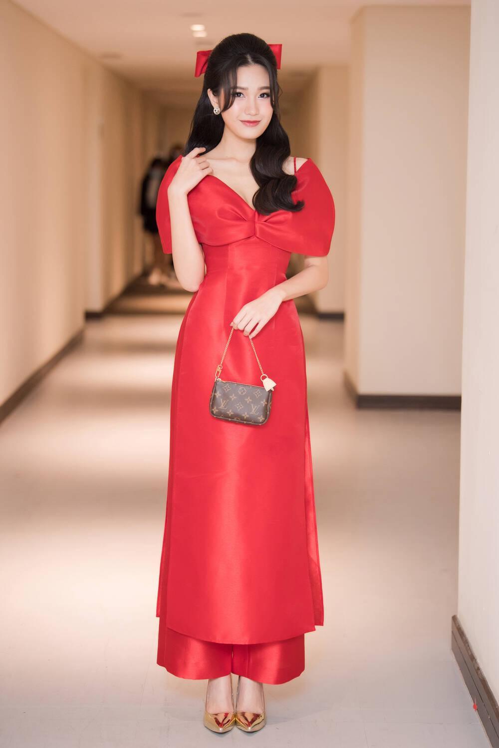 Doãn Hải My diện áo dài đỏ rực rỡ, hóa đóa hồng nhung thơm ngát tại sự kiện Ảnh 5
