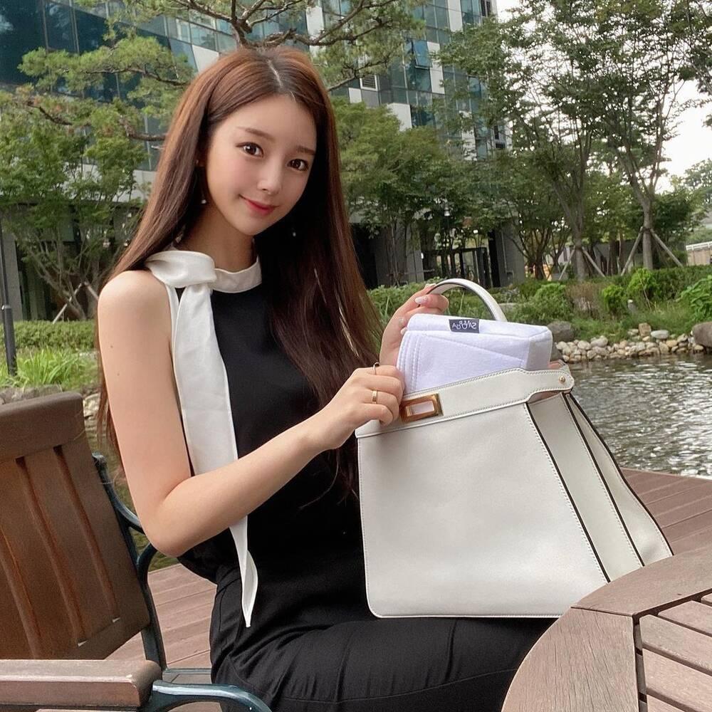 Fans lo lắng cho sức khỏe tâm lý của tác giả True Beauty: 'Nếu tôi ra đi, mọi người sẽ vui vẻ hơn' Ảnh 2