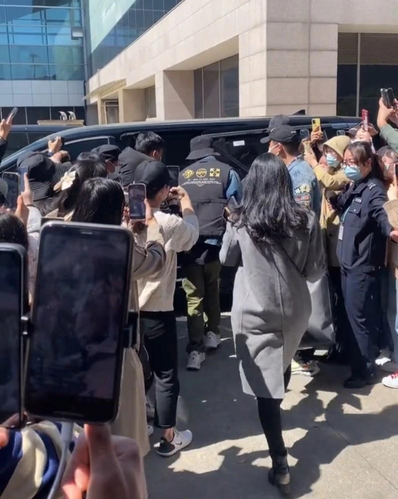 Tiêu Chiến gia nhập đoàn phim mới, fan xếp hàng hai bên chào đón thần tượng tại sân bay Ảnh 7