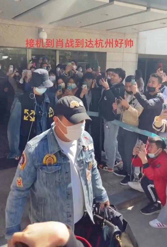 Tiêu Chiến gia nhập đoàn phim mới, fan xếp hàng hai bên chào đón thần tượng tại sân bay Ảnh 4