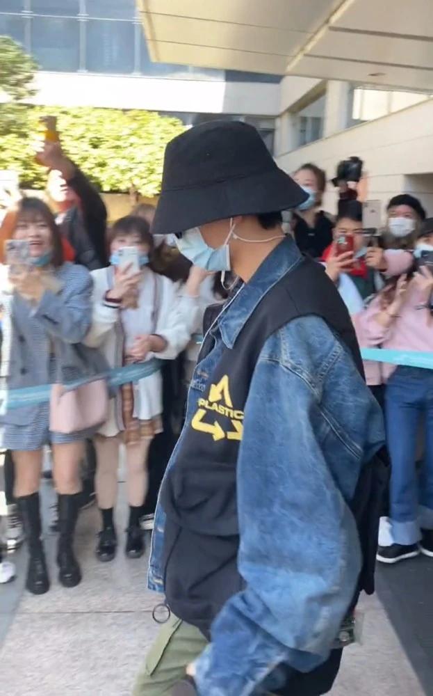 Tiêu Chiến gia nhập đoàn phim mới, fan xếp hàng hai bên chào đón thần tượng tại sân bay Ảnh 5