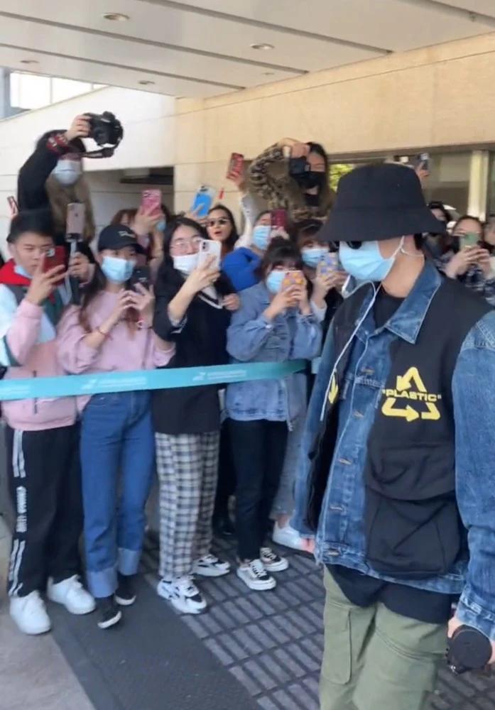 Tiêu Chiến gia nhập đoàn phim mới, fan xếp hàng hai bên chào đón thần tượng tại sân bay Ảnh 3