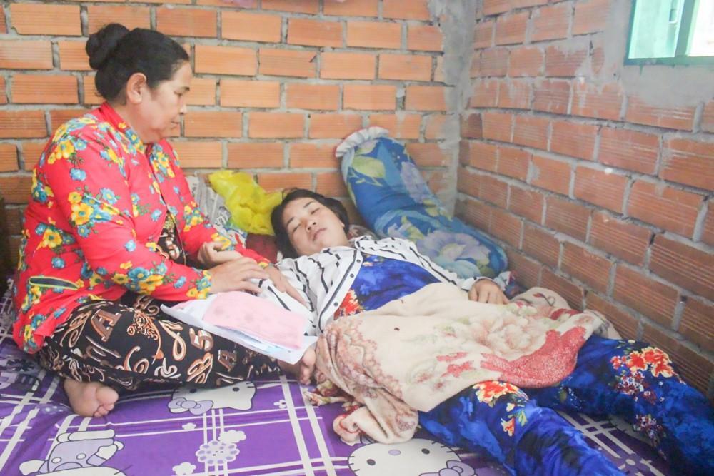 Mẹ bệnh nặng không tiền chữa trị, 3 con thơ nương nhờ bà ngoại nghèo Ảnh 1